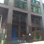 Cartel Google corpóreo inmenso dentro del edificio